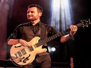 Basistul trupei Vita de Vie, Adrian Ciuplea, pleaca  in turneu cu Steve Vai prin Europa